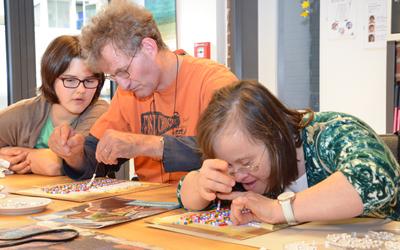 Remstal Werkstätten stellen Armbänder für die World Childhood Foundation her